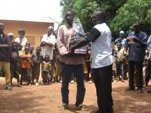 Remise de fournitures scolaires au Burkina (2010)