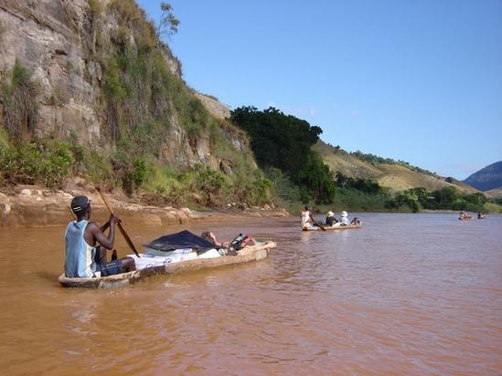 Madagascar : descente de 3 jours en pirogue de la Mandolo bordée par les forêts primaires.