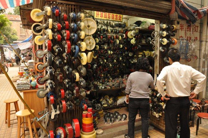 Vendeur de roulettes de caddies, foire de Canton (Chine)