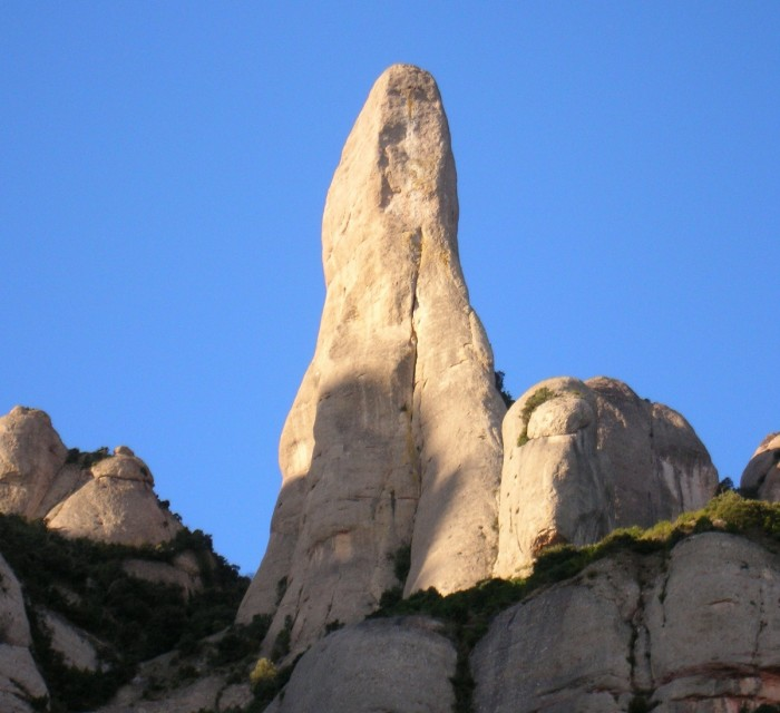http://www.voyageurs-du-net.com/wp-content/uploads/2012/10/espagne-insolite-el-cavall-bernat-700x640.jpg