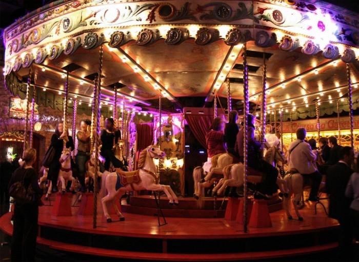 http://www.voyageurs-du-net.com/wp-content/uploads/2012/11/Manège-de-chevaux-de-bois-Musée-des-Arts-Forains-en-marche-700x511.jpg