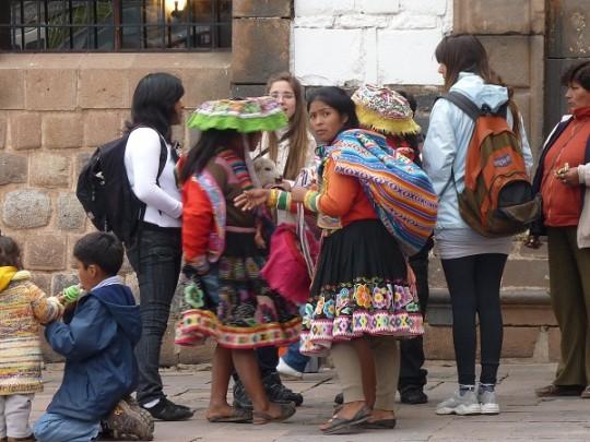 Population Queshua et touristes mélangés