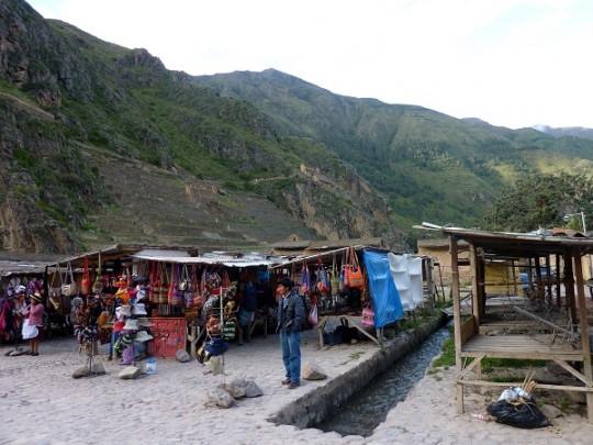 Vente de babioles dans la ville de Ollantaytambo