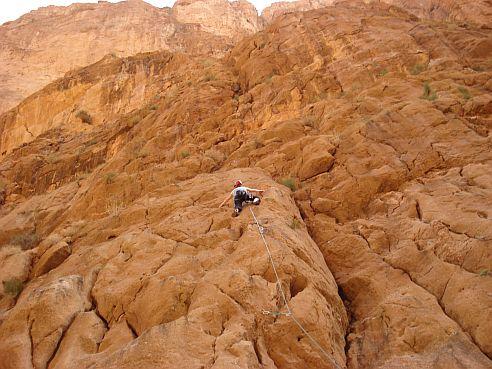 Escalade technique sur le flanc des falaises
