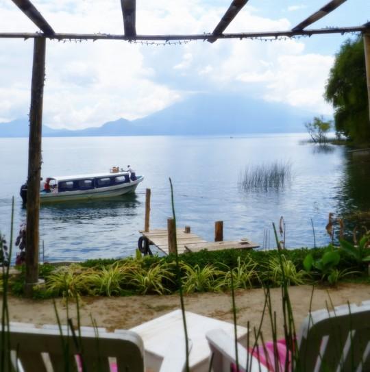 isla-verde-atitlan-hotel-ecologique-vue-volcan