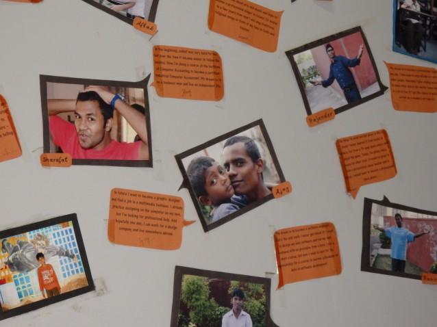 Exposition murale dans le bureau de Salaam Balaak Trust, à Paharganj : d'anciens jeunes à la rue parviennent à se réinsérer avec succès.