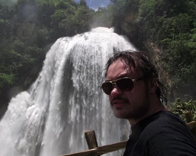 La cascade Quinceañera. Au fond, bien sûr. A droite, ce n'est pas une cascade.
