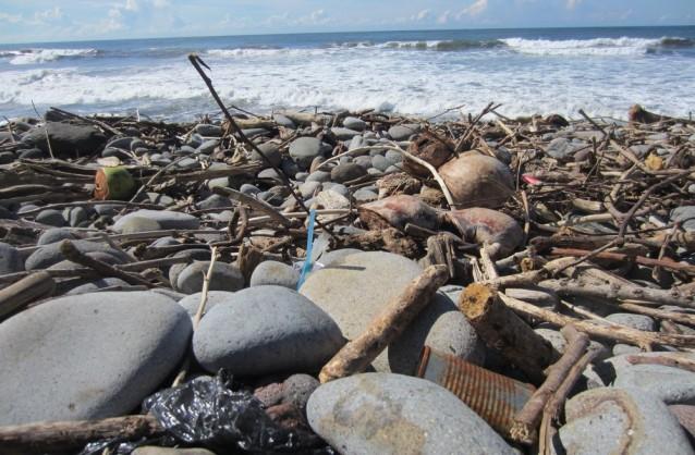 Sac poubelle, conserve rouillée, détritus de plastique divers : les touristes locaux qui viennent chaque weekend à Playa El Tunco (Salvador) depuis la capitale, laissent derrière eux leurs déchets, qui égayent le paysage, sans cela trop terne.