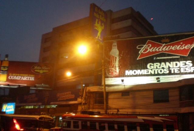 L'espace urbain environnant les grands axes routiers de la capitale est saturé de publicité