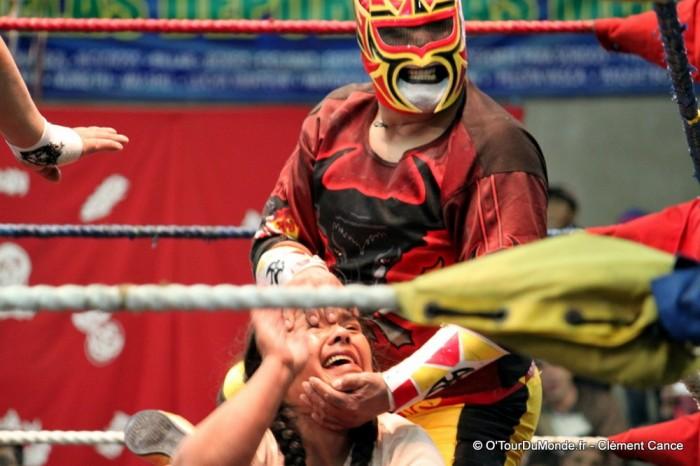 http://www.voyageurs-du-net.com/wp-content/uploads/2013/09/Lucha-libre-cholita-wrestling-catch-feminin-la-paz-bolivie-11-700x466.jpg