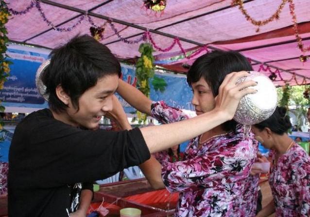 2 Birmans s'arrosant l'un-l'autre
