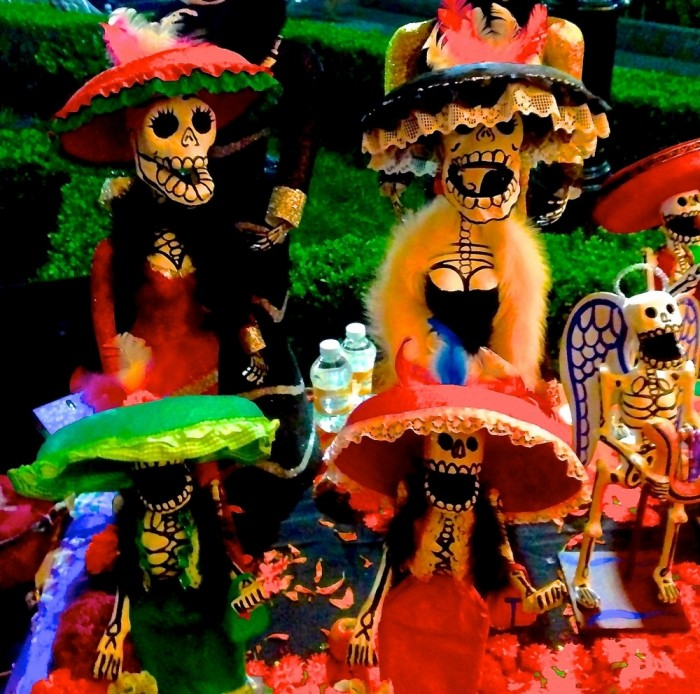 http://www.voyageurs-du-net.com/wp-content/uploads/2013/10/mexique-insolite-mysteres-fantomes-catrinas-700x694.jpg