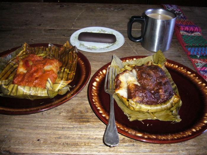 http://www.voyageurs-du-net.com/wp-content/uploads/2014/01/luisfi-tamal-colorado-y-tamal-negro-tipicos-de-la-navidad-de-guatemala-acompanados-con-cafe-y-mazapan-forrado-de-chocolate-700x525.jpg