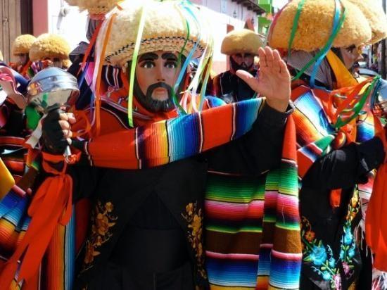 http://www.voyageurs-du-net.com/wp-content/uploads/2014/01/parachicos-chiapa-corzo-mexique-insolite.jpg