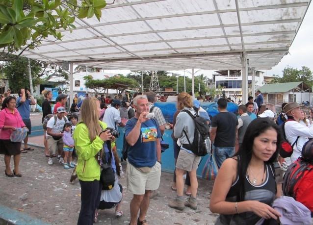 http://www.voyageurs-du-net.com/wp-content/uploads/2014/01/tourisme-de-masse-galapagos-critique-voyage.jpg