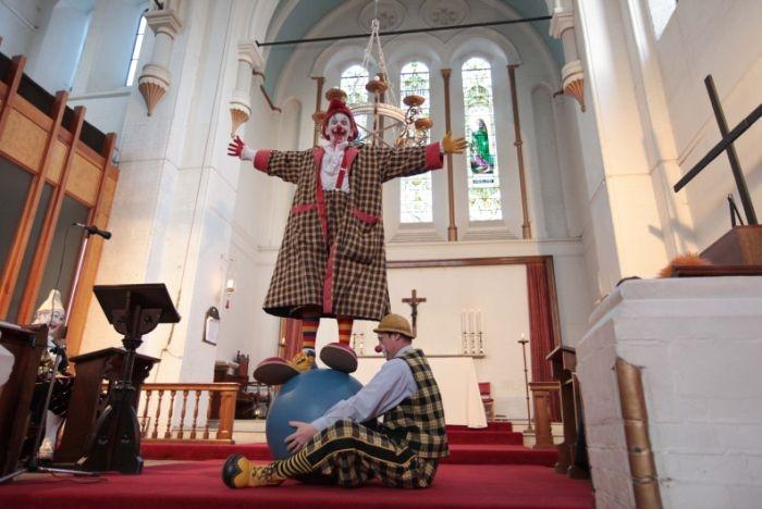 http://www.voyageurs-du-net.com/wp-content/uploads/2014/02/londres-insolite-messe-clowns-05.jpg