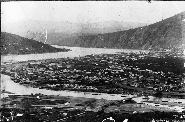 La ville de Dawson et la rivière Klondike, vers 1898. Photo de Goetzmann (Commons Wikimedia)
