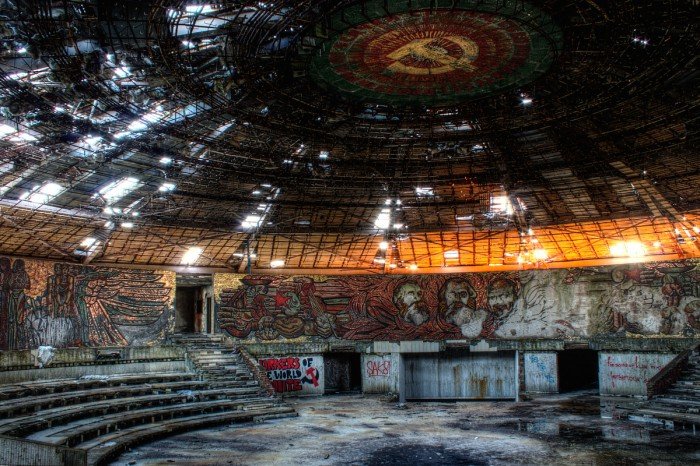 http://www.voyageurs-du-net.com/wp-content/uploads/2014/09/exploration-urbaine-dark-tourism-darmon-richter-house-monument-of-the-bulgarian-communist-party-700x466.jpg