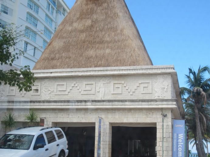 Toit de chaume et frises de grecques : un exemple de construction pastichant les architectures mayas