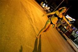 """Une Anglaise, soûle, de nuit, à Vang Vieng (Laos). Crédit photo : Fabrice (Instinct Voyageur). Lire son récit Vang """"Vieng ou la débauche occidentale"""", exposant un cas typique et loin d'être unique"""