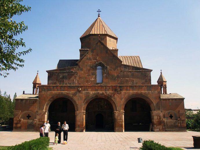 La façade de la cathédrale d'Echmiadzin.