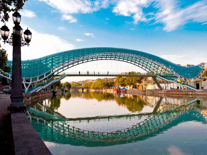 Pont de la Paix, à Tbilissi.