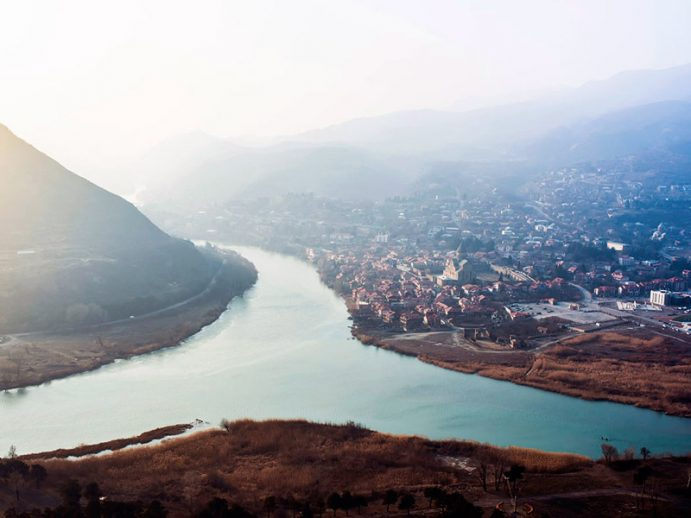 Vue en surplomb de Mtskheta et de la vallée.