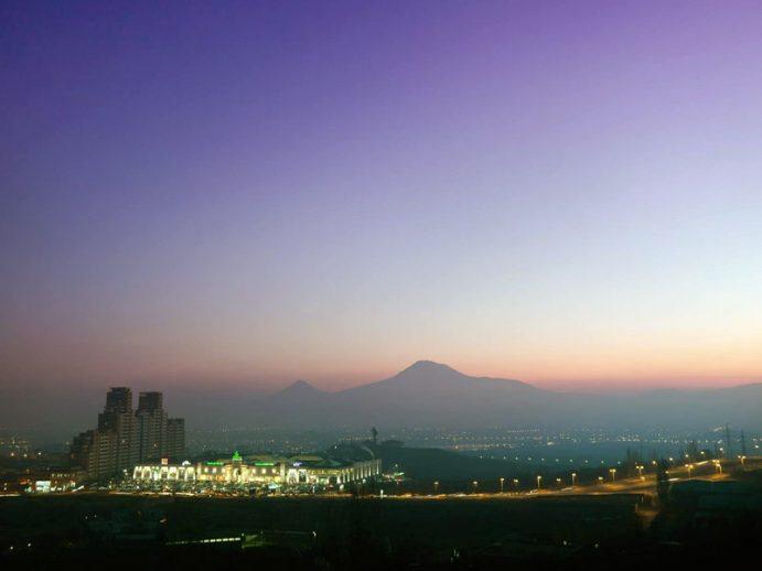 Vue nocturne d'Erevan.