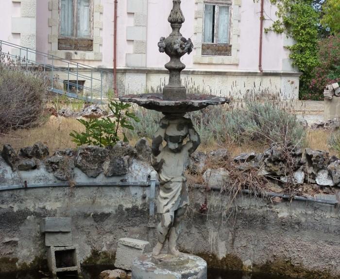 https://www.voyageurs-du-net.com/wp-content/uploads/2012/08/portugal-insolite-exploration-urbaine-hotel-particulier-abandonne-700x573.jpg