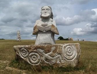 Une « Île de Pâques bretonne du troisième millénaire » : la Vallée des Saints