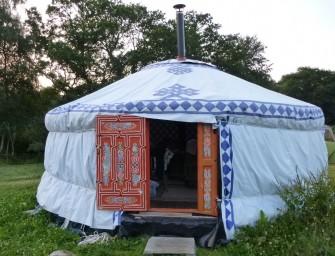 Hébergements insolites en Bretagne : caravane hippie, yourte et roulotte au Bois du Barde