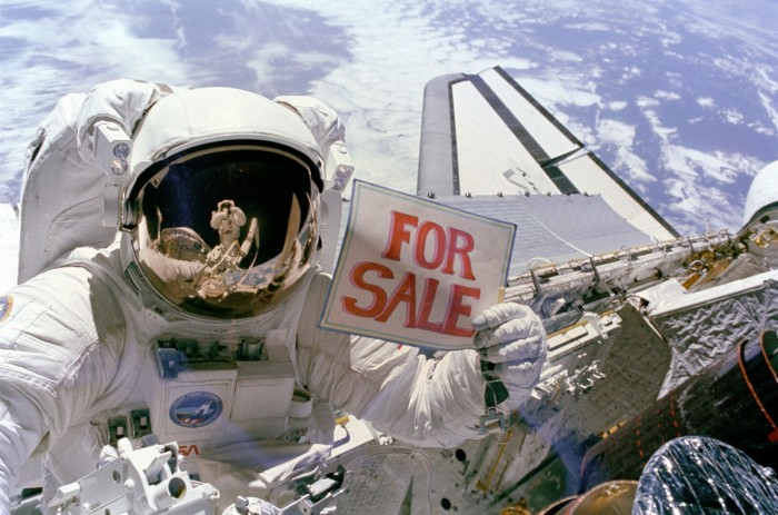 https://www.voyageurs-du-net.com/wp-content/uploads/2015/05/1280px-satellites_for_sale_-_gpn-2000-001036-700x463.jpg